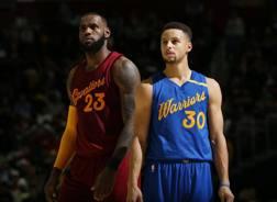 LeBron James, 32 anni, ala Cleveland Cavaliers, e Steph Curry, 29, guardia dei Golden State Warriors. Getty