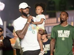 LeBron James, 32 anni, sul palco dell'evento della sua fondazione. Ap