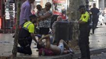 La disperazione delle persone ancora sulla Rambla dopo l'attacco. Epa
