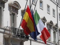 Bandiere a mezz'asta a Palazzo Chigi. LaPresse