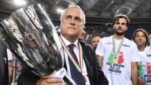 Il Presidente della Lazio Claudio Lotito, 60 anni, solleva la Supercoppa. LaPresse