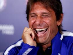 Antonio Conte ride nervoso in conferenza quando gli viene chiesto di Diego Costa. Action Images