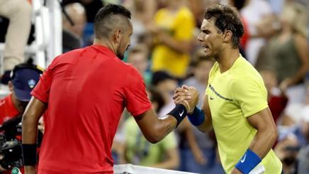 Kyrgios stringe la mano a Nadal (in giallo) alla fine del match