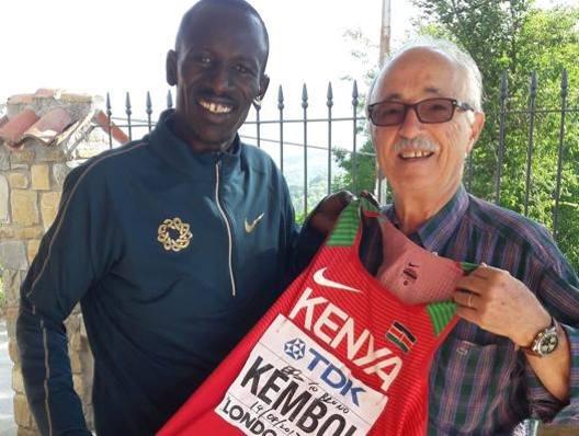 Il keniano Ezekiel Kemboi regala la sua maglia all'organizzatore D'Alessio