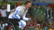 L'incontenibile esultanza di Bebe Vio dopo l'oro nel fioretto alle Paralimpiadi di Rio. Reuters