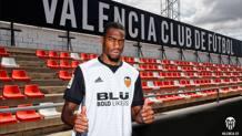 Kondogbia con la nuova maglia. Dal profilo Twitter del Valencia