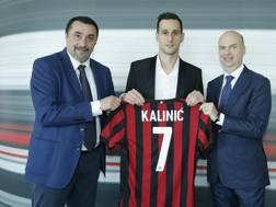 Nikola Kalinic con il ds del Milan Massimiliano Mirabelli e l'ad Marco Fassone. LaPresse