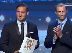 Francesco Totti, 40 anni, premiato dal presidente Uefa Ceferin.