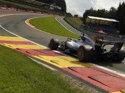 Lewis Hamilton scatenato all'Eau Rouge. Afp