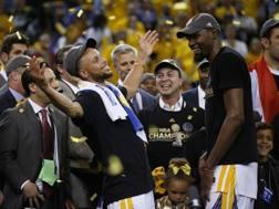 Stephen Curry festeggia con Kevin Durant il titolo Nba vinto contro Cleveland a giugno. Lapresse