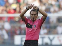 L'arbitro Banti si affida alla Var durante Genoa-Juve. Ansa