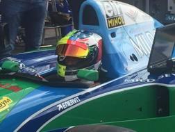 Mick Schumacher sulla Benetton iridata del padre con casco bicolore