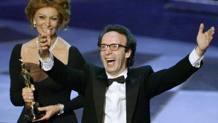 La felicità di Roberto Benigni dopo la conquista del Premio Oscar nel 1999. Reuters