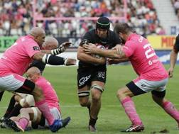 Lorenzo Cittadini placca Liam Gill . Parisse a sinistra. Afp