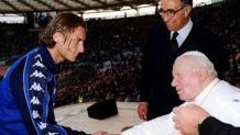 Papa Giovanni Paolo II all'Olimpico riceve Francesco Totti . Ansa