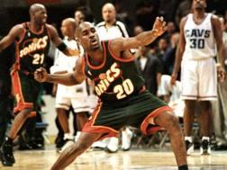 Payton festeggia la vittoria su Cleveland all'overtime nel 2001. Reuters