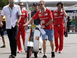 Vettel arriva a Monza con una Vespa Speciale coi colori del suo casco. Reuters