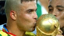 Ronaldo con la speciale capigliatura a mezzaluna mentre alza al cielo la Coppa del Mondo. Ap