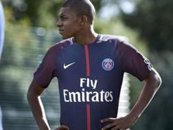 Kylian Mbappé, 18 anni, con la nuova maglia del Psg