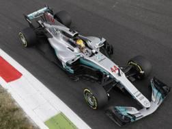 Lewis Hamilton in azione a Monza. Ap