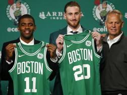 Kyrie Irving e Gordon Hayward mostrano le loro nuove maglie di Boston. Ap