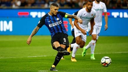 Mauro Icardi, capitano dell'Inter, trasforma il rigore contro la Fiorentina alla prima giornata. Reuters