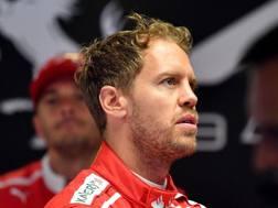 Sebastian Vettel deluso ai box Ferrari. Afp