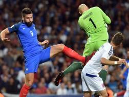Giroud, della Francia, bloccato da Joubert, portiere del Lussemburgo. Afp