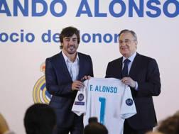 Fernando Alonso premiato da Florentino Perez.  Epa