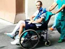L'uscita di Valentino Rossi dall'ospedale di Ancona dopo l'operrazione. Ansa