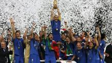 Cannavaro alza la coppa a 24 anni dal trionfo mundial di Bearzot a Spagna '82. Reuters