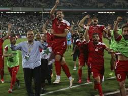 La Siria festeggia la qualificazione ai playoff dopo il 2-2 con l'Iran. Ap