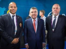 Davide Benetello, 45 anni, con il presidente del CIO Thomas Bach (al centro)  ed Antonio Espinos (a destra)