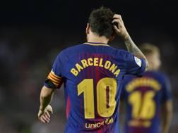 Messi con la maglia-tributo alla città di Barcellona. Afp