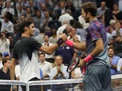 Federer si congratula con Del Potro. Afp