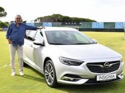 Maurizio Sarri con la Opel Insignia