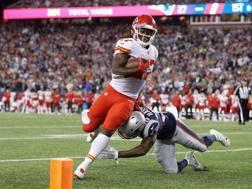Kareem Hunt (Kansas City Chiefs) evita il placcaggio di Duron Harmon