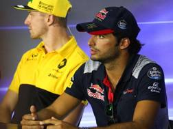Carlos Sainz vicino a Hulkenberg, presto suo compagno in Renault. LaPresse
