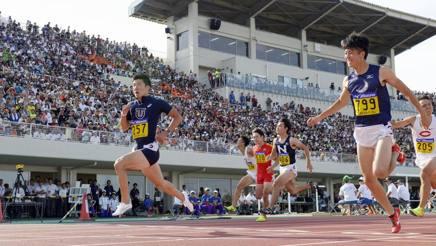 Yoshihide Kiryu, a sinistra, nel 100 del record. Ap