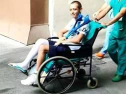 Valentino Rossi lascia l'ospedale dopo l'intervento. Ansa