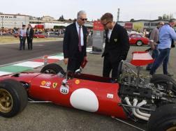 Piero Ferrari con Sebastian Vettel incuriosito alla festa Ferrari a Fiorano