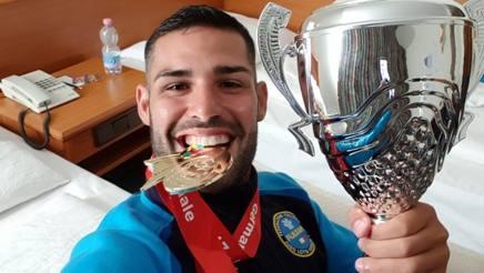 Luigi Busà, 29 anni, con la medaglia d'oro e la coppa vinte a Lipsia (Ger)