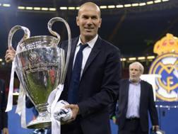 Zinedine Zidane con la coppa a Cardiff. Afp
