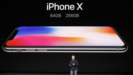 Il vice presidente di Apple Worldwide Marketing, Phil Schiller, durante la presentazione di oggi. Reuters
