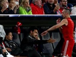 Bayern-Anderlecht: Ribery lancia la maglia dopo la sostituzione.
