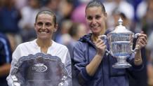 A Flushing Meadows Flavia Pennetta conquista il primo Slam della carriera superando in finale Roberta Vinci. Qui le due in posa con i trofei. Reuters
