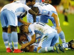 I compagni festeggiano Murgia dopo il gol del 3-2. Lapresse