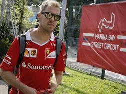 Sebastian Vettel al suo arrivo a Singapore. Epa