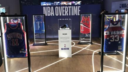 Una stanza del Samsung District con le maglie dei più grandi giocatori Nba