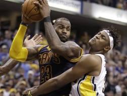 Myles Turner, a destra, difende contro LeBron. AP